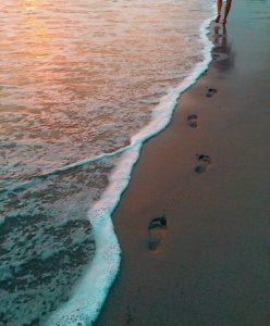 glæde gåtur på strand